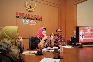 Emilia Suhaimi, Dirut Smesco INDONESIA ketika konferensi pers di Jakarta. Foto: Kemenkop dan UKM