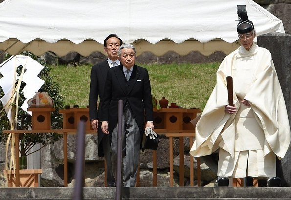 Emperor Akihito and Empress Michiko visited the tomb of Emperor Hirohito. Crown Prince Naruhito and Crown Princess Masako