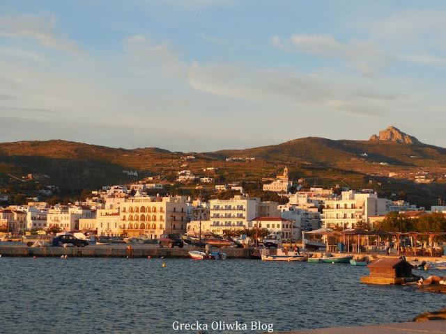 Panorama miasta Tinos w świetle zachodzącego słońca