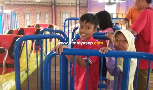 """SIAP : Ini kedua anak saya, Abbie (10) dan Tazkia (7) saat akan go dengan Roller Coasternya yang sudah siap """"berangkat"""" Berfoto dahulu.  Tampak di sebelah kanan adalah wahananya tampak hanya bangku bagian belakangnya saja. Foto Asep Haryono"""