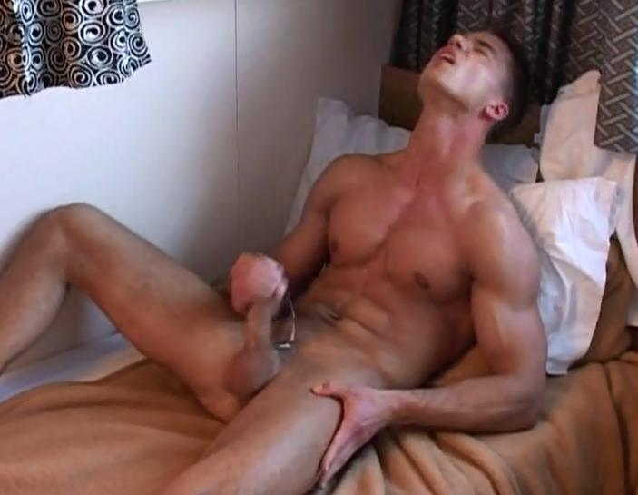 Мастурбирует порно парень и гей смотрит