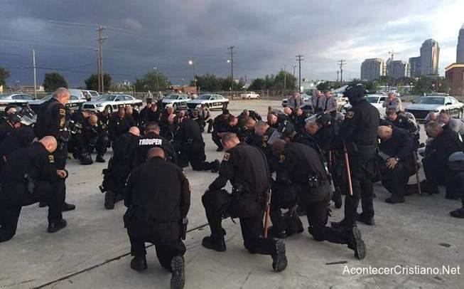 Policías de Charlotte orando