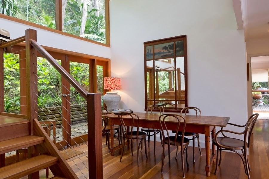 Drewniany dom nad zatoką, wystrój wnętrz, wnętrza, urządzanie domu, dekoracje wnętrz, aranżacja wnętrz, inspiracje wnętrz,interior design , dom i wnętrze, aranżacja mieszkania, modne wnętrza, retro, dom drewniany, antyki, stare meble, wiklinowe dodatki, styl klasyczny, jadalnia