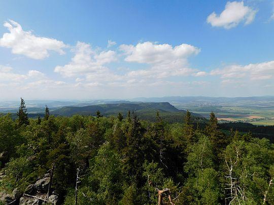 Widok na Broumowskie Ściany (czes. Broumovské stěny, niem. Falkengebirge).