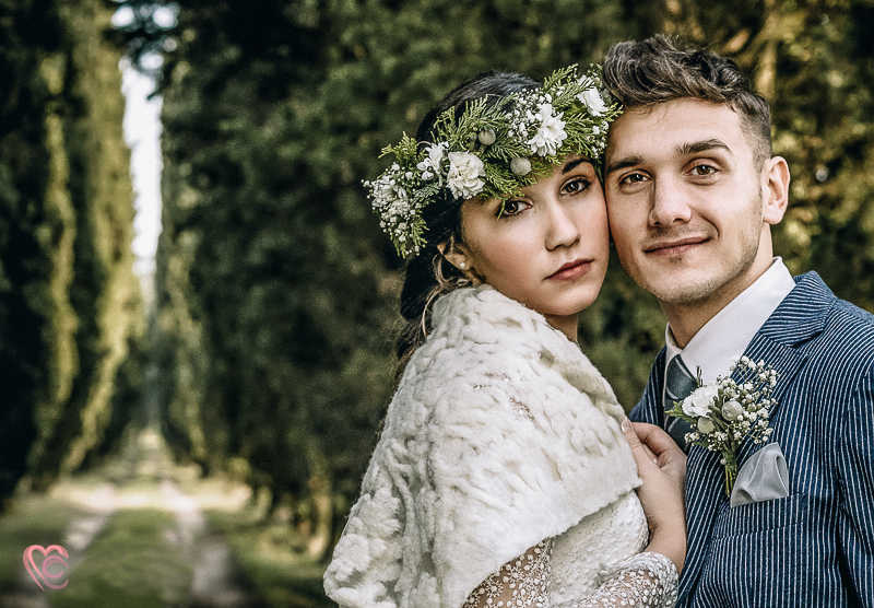 Winter elopement a Chieri in Italia, in un bosco di cipressi, bohobride