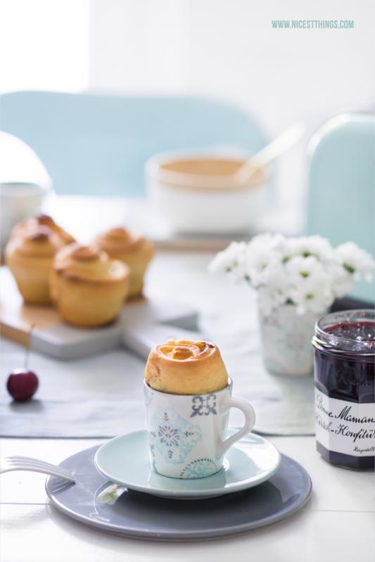 Mini Brioche und Gedeckter Frühstückstisch in Hellblau, Türkis und Weiß