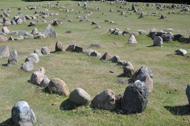 Skandynawskie cmentarzysko wczesnośredniowieczne w Lindholm Høje, groby z obstawami kamiennymi w kształcie łodzi