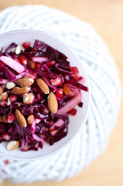 Punakaali granaattiomena salaatti sitrusvinegretti mallaspulla