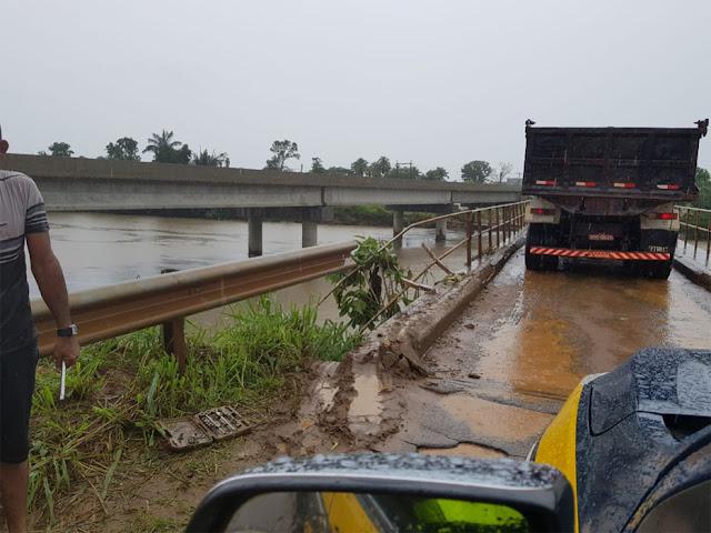 Motorista colide caminhão em cerca de proteção de ponte ao desviar de buraco