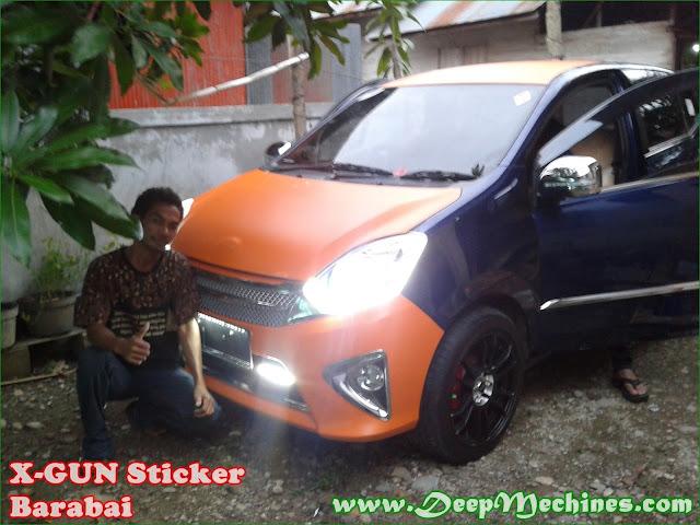 Mobil Toyota Agya sedang dalam proses pemasangan Stiker Digital Printing oleh X-Gun Sticker