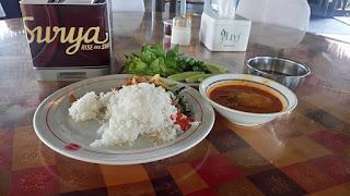 Kesan pertama makan di pondok patin legendaris H.M.Yunus  Bagi warga Pekanbaru tidak asing lagi tempat makan yang ciri khas Melayu yaitu Pondok Patin H.M.Yunus, tempat makan ini sangat legendaris kenapa saya bilang legendaris karena tempat makan ini sudah berdiri sejak 1984 sampai sekarang, sudah 23 tahun lebih saya di Pekanbaru baru kali ini saya datang makan disini.  Lokasi tempat makan Pondok Patin ini berada di jalan KH. Nasution No.1 Simpang Tiga, Marpoyan Damai, Kota Pekanbaru, Riau. Lokasi nya sangat strategis karena dekat dengan bandara Sultan Syarif Kasim II Pekanbaru hanya butuh 5 menit dari bandara ke Pondok Patin ini, jadi yang transit beberapa jam di Pekanbaru dan bingung mau makan ciri khas riau atau melayu coba saja di Restoran Pondok Patin H.M.Yunus Pekanbaru  Masalah harga jangan khawatir di tempat ini harganya cukup terjangkau bagi kantong mahasiswa dan ada paket makan bersama-sama atau beramai,  kesan pertama saya dari awal datang tempat ini parkirannya luas bagi yang mengadakan acara jangan khawatir dengan parkirannya karena parkirannya sangat luas dan serta pertama kali liat depan restorannya bernuansa rumah panggung yang di bawahnya seperti kolam mungkin langsung penangkaran ikan Patin nya dan ketika masuk saya di sambut dengan ramah dengan pegawai dan bertanya untuk berapa orang dan ingin dimana duduk nya dan saya pilih tempat duduknya di tengah, pegawai bertanya ingin makan apa atau di sajikan semua di meja makan, saya memilih memesan 1 porsi sempedas ikan Patin dan minuman laksamana Raja Mengamuk yang makanan dan minuman itu adalah ciri khas Riau. Suasana disana sangat nyaman karena bangunan bernuansa kayu panggung serta tempat nya bersih dan rapi dengan pegawai ramah dan sigap melayani para tamu yang ingin memesan lagi atau menambah sesuatu.  Kesan saya yang pertama kali kesini ialah sangat baik dan memuaskan pastinya orang akan kembali lagi makan disini karena penilain tidak hanya makanan tapi pelayanan dengan konsumen, tentang kenikmatan 