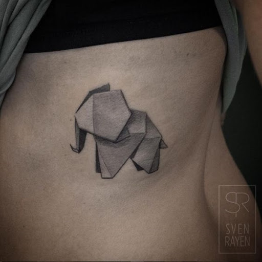 Um origami elefante é retratada em preto e cinza, tinta essa tatuagem.