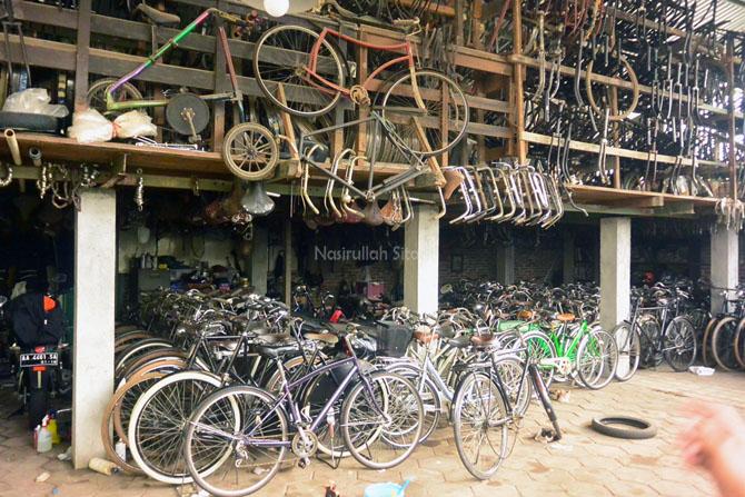 Ratusan sepeda di bengkel Rental Sepeda Borobudur