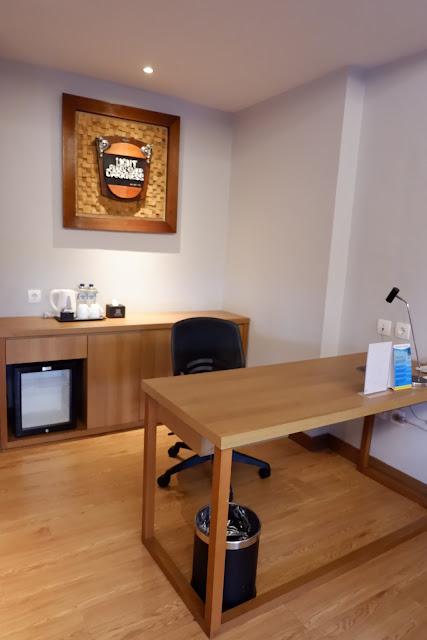 meja kerja suite room batiqa cirebon