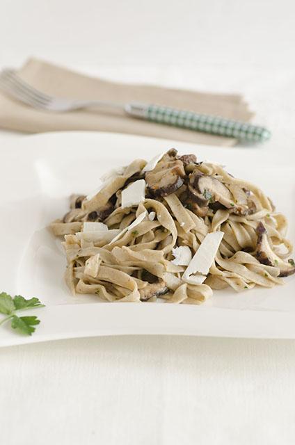 Tagliatelle rustiche con funghi Shiitake freschi