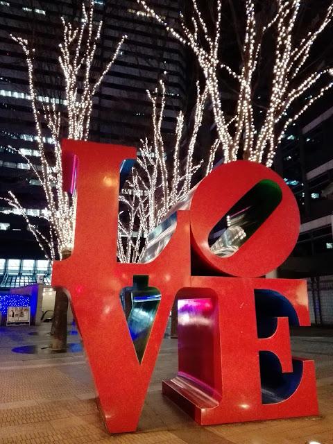 "Escultura ""Love"" cerca del edificio Shinjuku I-Land Tower en Nishi-Shinjuku."
