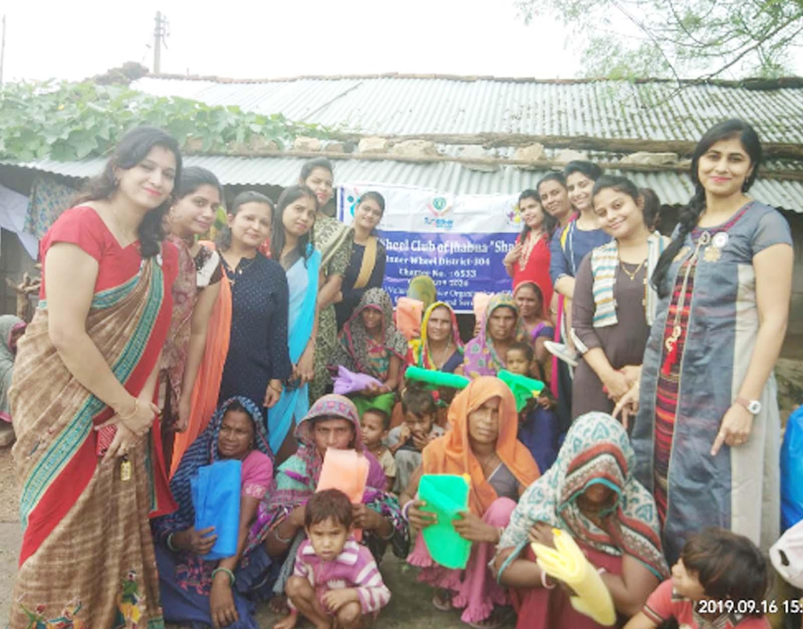Jhabua News-इनरव्हील क्लब ऑफ  झाबुआ शक्ति ने गोद लिए गांव बाड़कुआं में मच्छरदानियों का किया वितरण