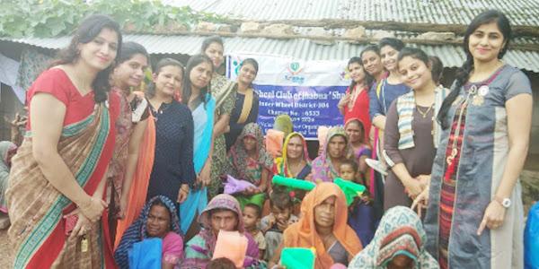 इनरव्हील क्लब  झाबुआ ने गोद लिए गांव बाड़कुआं में मच्छरदानियों का किया वितरण