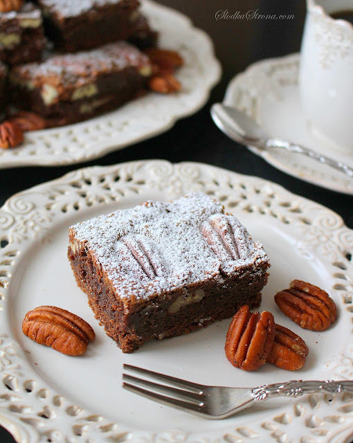 Brownie z Orzechami Pekan (Ciasto Czekoladowe z Pekan) - Przepis - Słodka Strona Rewelacyjne, klasyczne brownie z dodatkiem orzechów pekan to idealna propozycja na niedzielny deser. Mocno czekoladowe, wilgotne, rozpływające się w ustach ciasto i zatopione w nim duże kawałki orzechów z pewnością zachwycą wszystkich fanów brownies, czekolady... i nie tylko.  ciasto czekoladowe orzechami pekan  wilgotne ciasto czekoladowe z orzechami  ciasto czekoladowe z orzechami włoskimi  ciasto czekoladowe z kremem i orzechami  ciasto czekoladowe z orzechami moje wypieki  ciasto z czekoladą i orzechami  ciasto czekoladowe z orzechami i jabłkami  szybkie ciasto kakaowe z orzechami  ciasto czekoladowe z orzechami kwestia smaku ciasto czekoladowe  ciasto czekoladowe z kakao  ciasto czekoladowe wilgotne  ciasto czekoladowe na oleju  pyszne ciasto czekoladowe  ciasto czekoladowe z czekolady  ciasto czekoladowe duża blacha  prosty przepis na ciasto czekoladowe  ciasto czekoladowe z kremem   potrojnie czekoladowe brownie  brownie nigella ekspresowo  brownie nigella przepis  brownie marta gessler  nigella brownie bez mąki  amerykańskie brownie przepis  ciasto brownies przepis  szybkie brownie nigella  brownie nigella przepis  brownie nigella ekspresowo  ciasto brownies przepis  brownie marta gessler  amerykańskie brownie przepis  nigella brownie bez mąki  szybkie brownie nigella  brownie jamie oliver  brownie  brownie ania starmach  brownie nigella  ciasto brownie przepis  brownie z kakao  brownie klasyczne  brownie moje wypieki  american brownie przepis  ciasto brownie przepis  brownie ania starmach  american brownie przepis  brownie klasyczne  brownie prosty przepis  brownie z kakao  brownie przepis moje wypieki  brownie ewa wachowicz najlepsze brownie  mokre brownie przepis  brownie nigelli lawson  brownie wilgotne  czekoladowe brownie ewa wachowicz  oryginalne brownie  brownie klasyczne  american brownie przepis  brownie przepis moje wypieki brownie nigella brownie ewa wachowicz browni