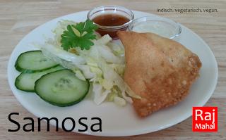 Samosa Kartoffeln und Erbsen mit Gewürzen in einer Teigtasche, in Öl ausgebacken, dazu Chutney und Salatbeilage (vegan möglich)