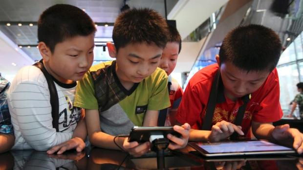 الآثار السلبيية والايجابية  للتكنولوجيا على الأطفال
