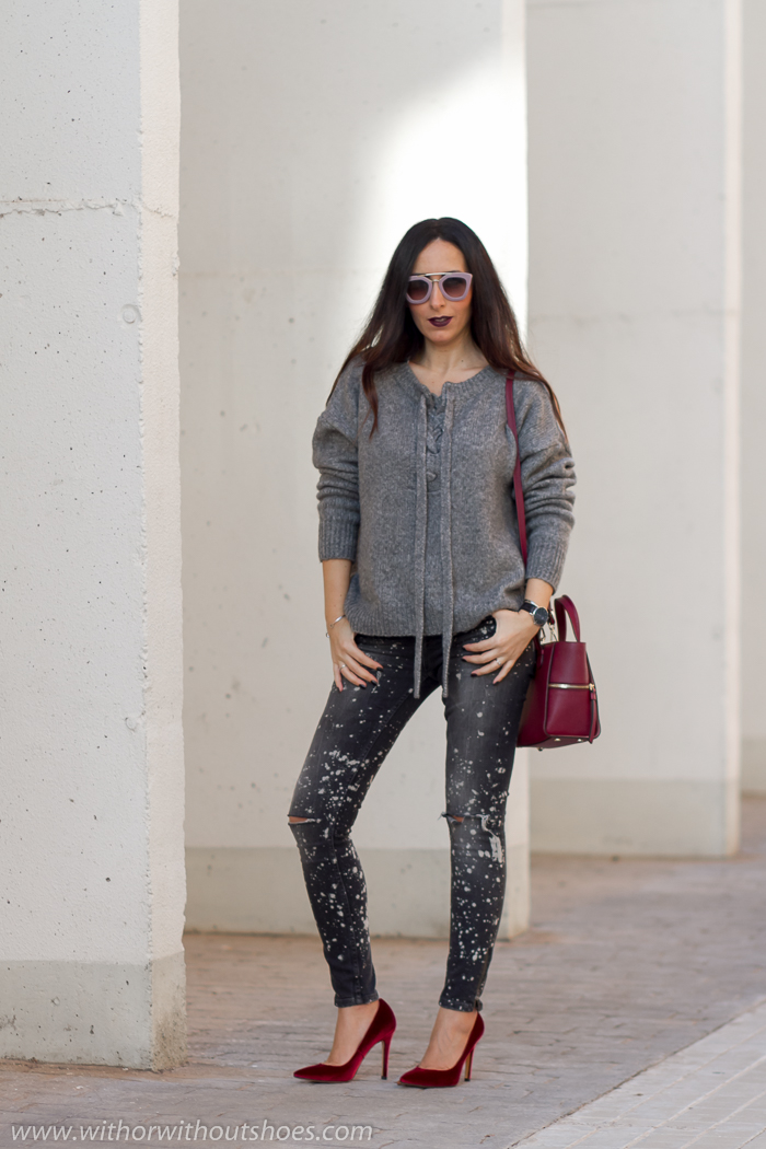 BLogger de moda valenciana con jeans combina zapatos de terciopelo