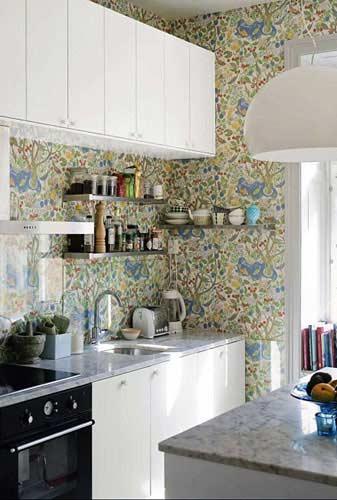 Cozinha pequena 40 id ias de como usar as paredes para for Cocinas empapeladas