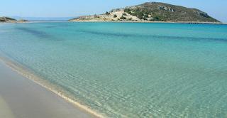 Σίμος: Η παραλία με την εξωτική θέα στην Ελαφόνησο που θυμίζει Καραιβική