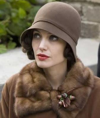 Angelina Jolie com chapéu cloche