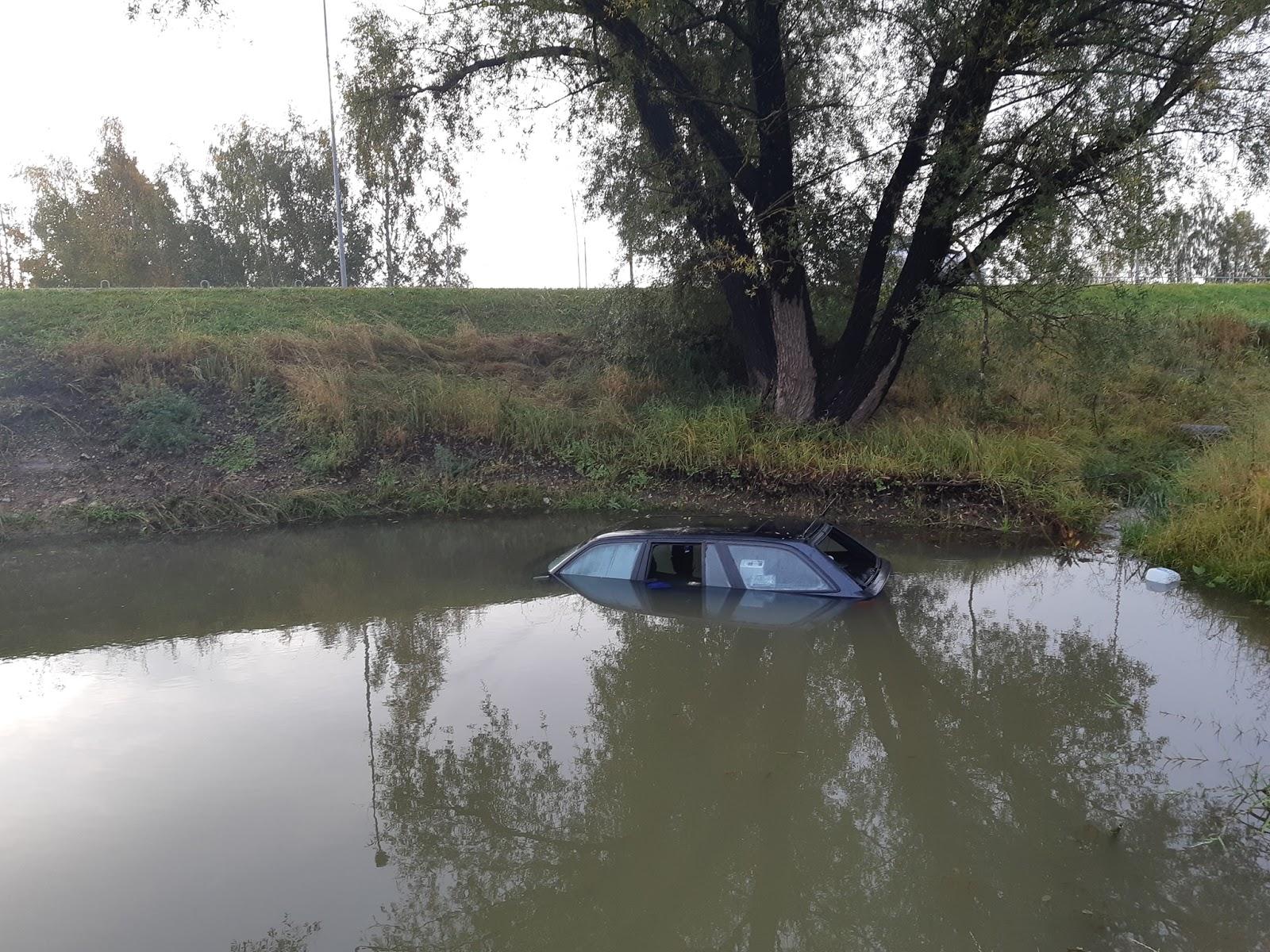Vieglā automašīna Tukumā pēc avārijas nogrimst ūdens piepildītā grāvī 5