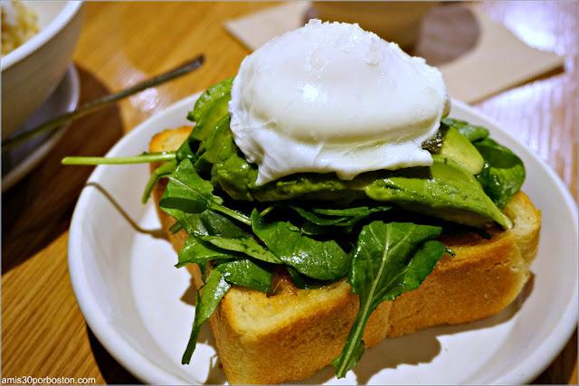 White Truffle and Avocado Toast de Samovar Tea Lounge en el Aeropuerto de San Francisco