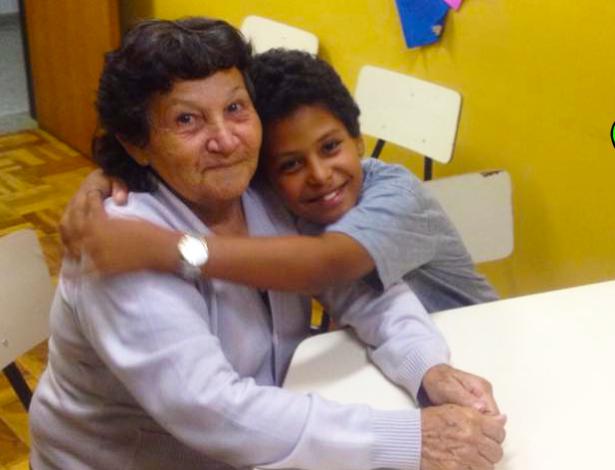 Avó de 66 anos volta estudar por causa do neto