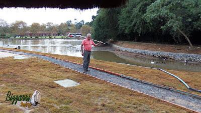 Restauração do lago em Cotia-SP com o desassoreamento do lago com a retirada de barro e execução do muro de pedra em volta do lago para evitar desmoronamento dos barrancos em volta do lago e execução do caminho com piso de concreto em volta do lago.