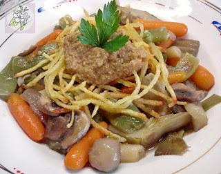 Menestra de Verduras Vegana con Patatas Paja y Crema de Lentejas.