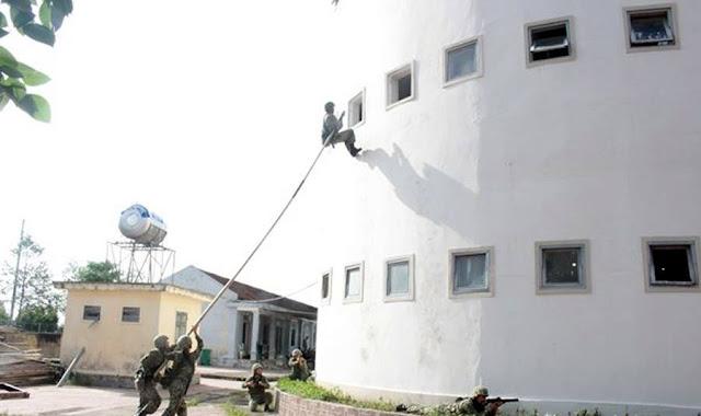 Bộ đội Đặc công tiếp cận mục tiêu