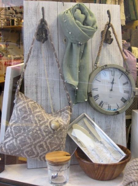 Perchero blanco de madera y reloj vintage, bolso de tela y fular perlitas