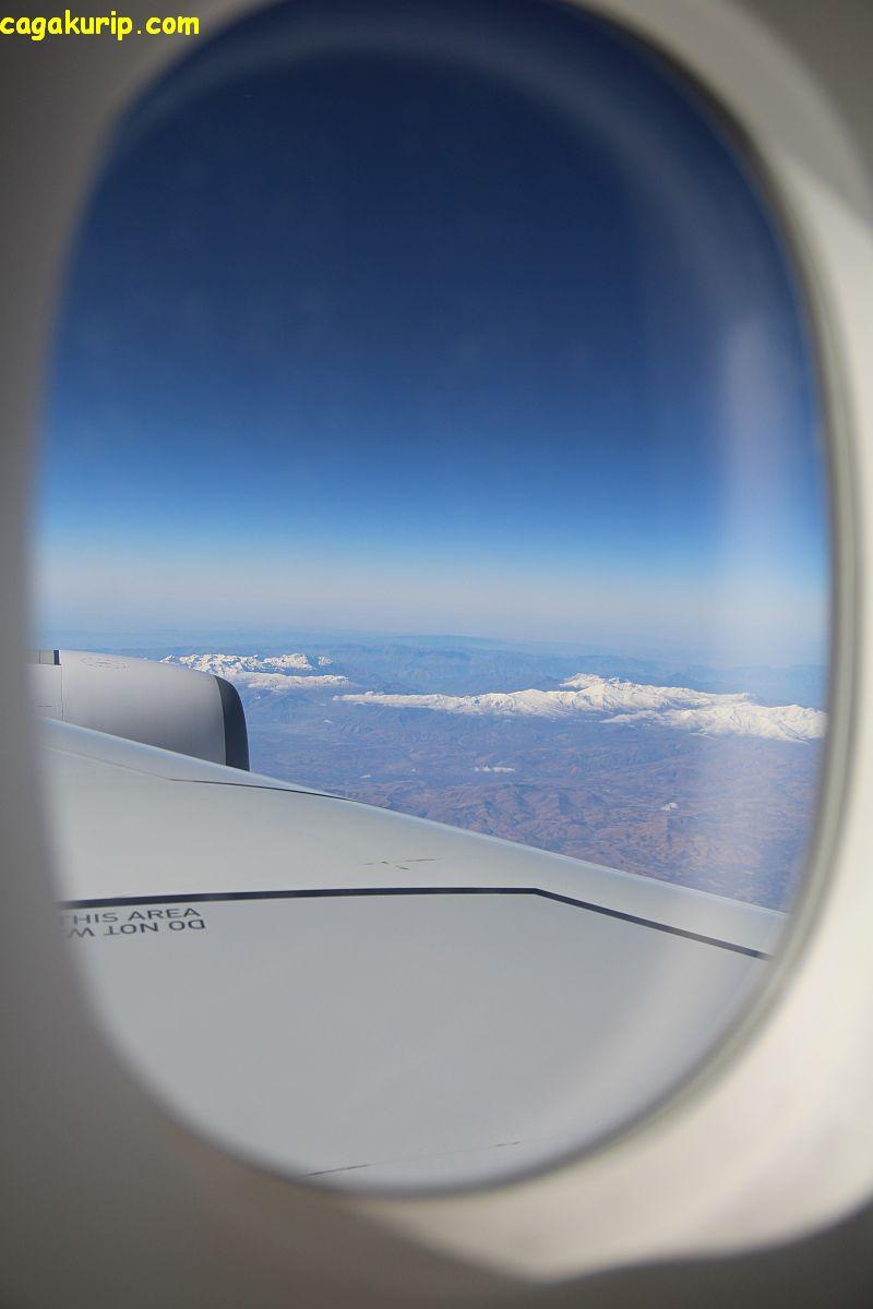 Mengintip dari jendela pesawat