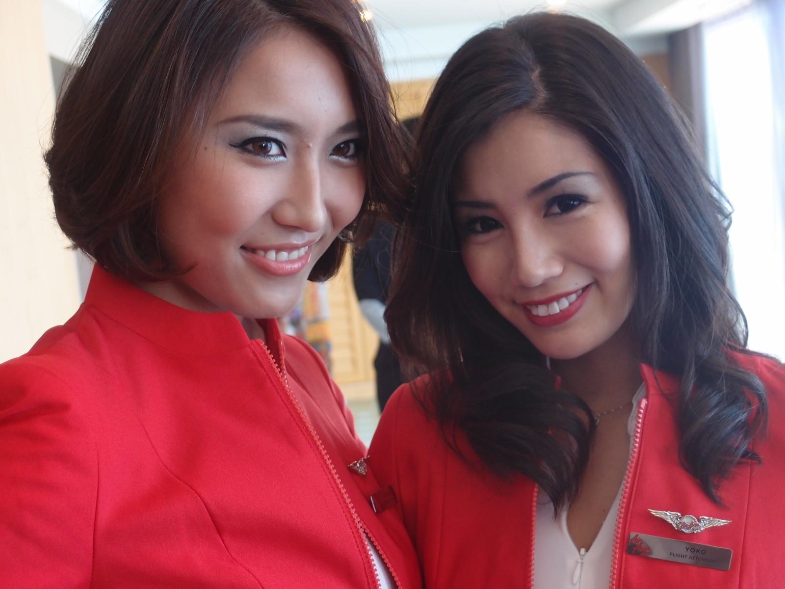 日系航空会社のフライトアテンダント全然違いますよね。 彼女達が日本人っ...  AirAsia記