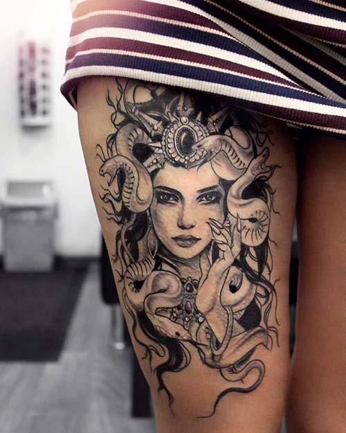 kadın üst bacak medusa dövmesi woman thigh medusa tattoo