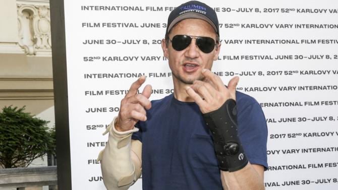 El actor que interpreta Ojo de halcón se fractura los brazos