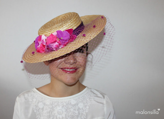 Malonsilla posando con sombrero tipo canotier en color cardenal