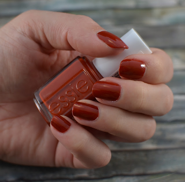 Essie playing koi Tragefoto