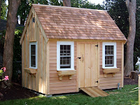 Küçük ve şirin bir ahşap kulübe veya ağaçtan ev