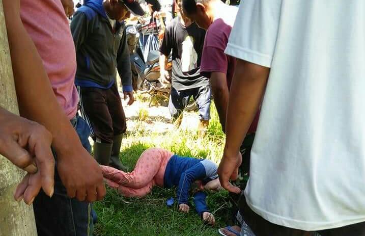 FOTO: Terseret Arus, Seorang Perempuan Digotong Warga Singki' ke RS Elim Rantepao