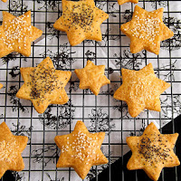 http://www.bakingsecrets.lt/2017/01/surio-sausainiai-zvaigzdutes-cheese.html
