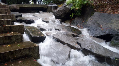 池までの小さな滝