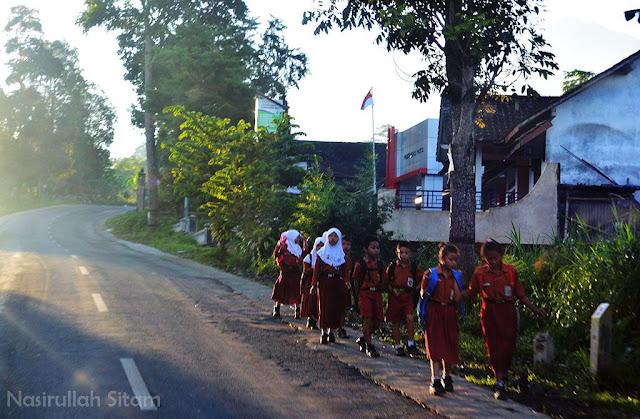 Anak-anak berjalan menuju sekolah