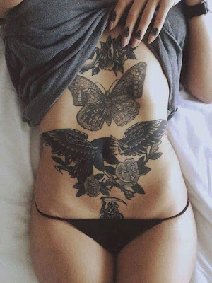 Tatuajes femeninos en blanco y negro en el torso