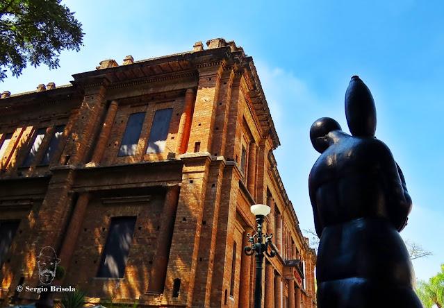 Composição fotográfica com a escultura A Carregadora de Perfume e a Pinacoteca - Luz - São Paulo