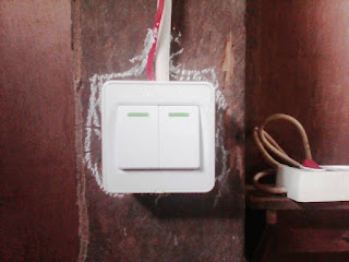 Sakelar ganda yang biasa dipakai pada instalasi listrik bangunan kayu
